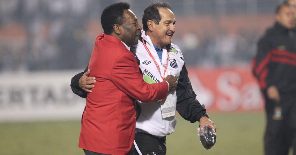 Pelé abraça Muricy Ramalho após a conquista do tricampeonato da Libertadores pelo Santos no Pacaembu