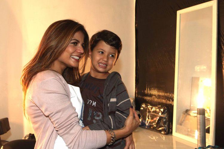 Nívea Stelmann sorri ao lado do filho Miguel, fruto do primeiro relacionamento da atriz com Mario Farias