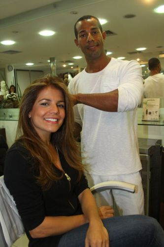 Bonita e vaidosa, atriz Nivea Stelmann não descuida do trato com o cabelo