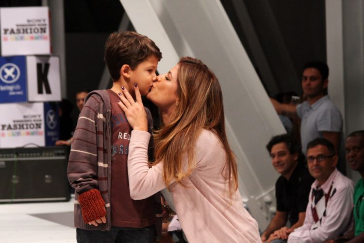 Miguel, filho da atriz Nivea Stelmann, recebe ocarinho da mãe durante o Sony Fashion Weekend Kids, em São Paulo