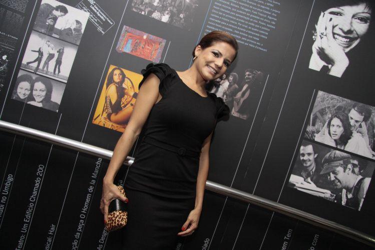 Nivea Stelmann investe no pretinho básico na pré-estreia da peça Hair, no Rio de Janeiro