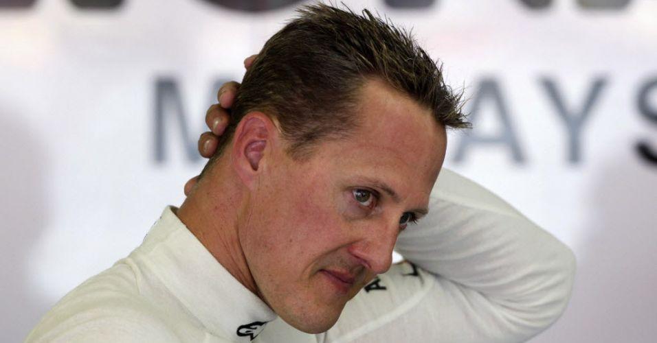 Michael Schumacher aguarda nos boxes antes de ir para a pista em Valência