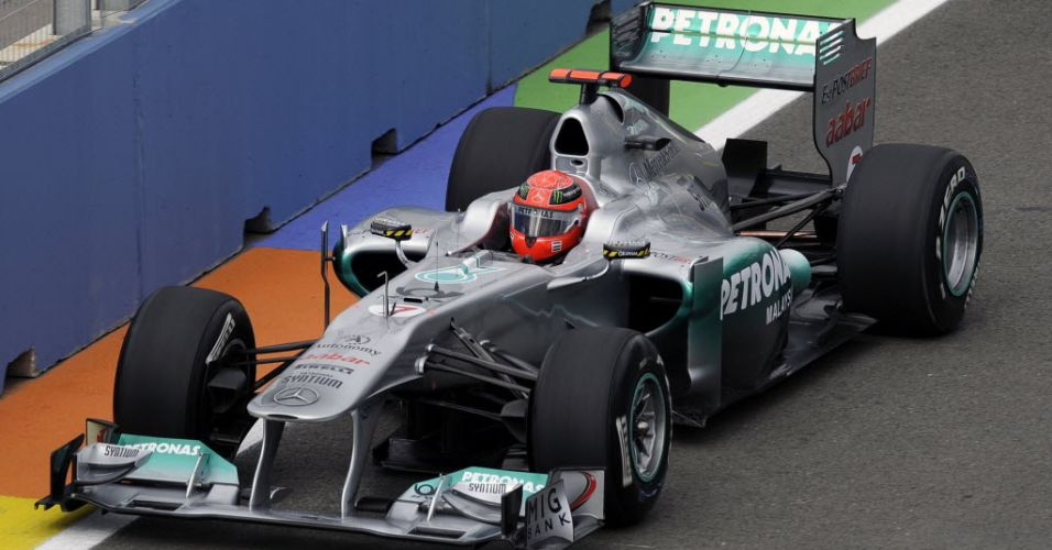 Michael Schumacher pilota o carro da Mercedes nas sessões de treinos livres em Valência