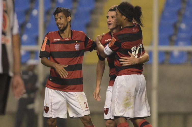 Ronaldinho Gaúcho e Leonardo Moura abraçam Tiago Neves para comemorar o gol da virada do Flamengo na partida