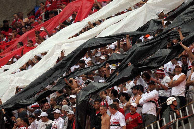 Torcida do São Paulo estende feixas tricolores na arquibancada do Pacaembu