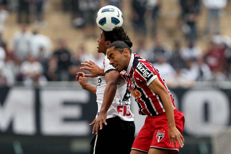 Carlinhos Paraíba e Paulinho dividem a bola no centro do gramado do Pacaembu