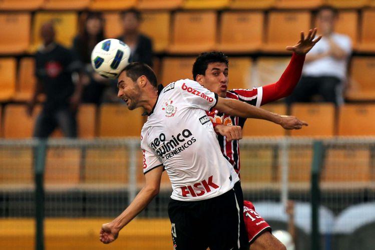 Danilo cabeceia a bola marcado pelo são-paulino Xandão