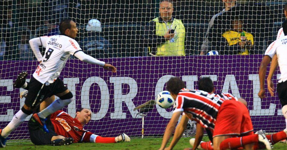 Liedson marca o quarto gol da partida contra o São Paulo