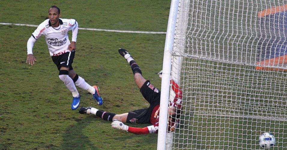 Liedson sai para comemorar mais um gol da partida pelo Corinthians