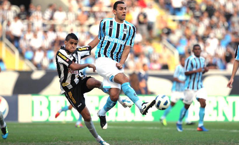 Rafael Marques tenta afastar o perigo da zaga gremista
