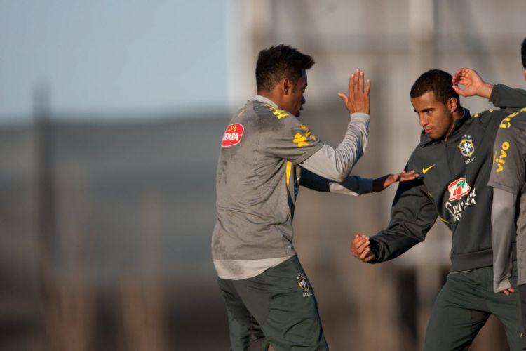 Robinho e Lucas brincam no treino da seleção para a Copa América