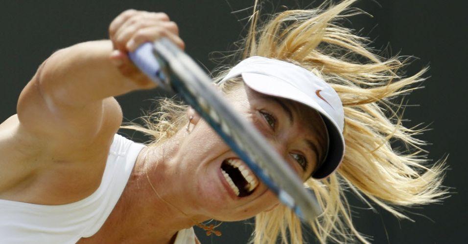 Maria Sharapova saca para vencer a chinesa Shuai Peng e se garantir nas quartas de final de Wimbledon pela primeira vez desde 2005