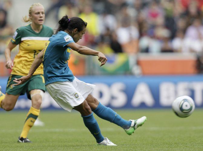 Marta arrisca o chute de esquerda no duelo entre Brasil e Austrália