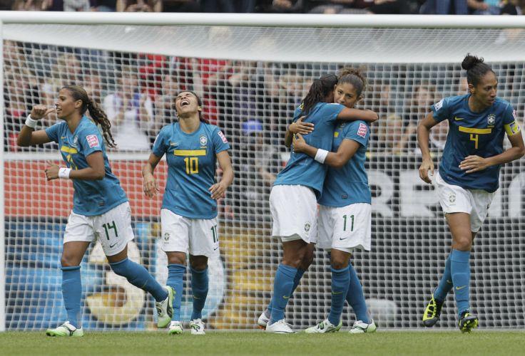 Jogadoras brasileiras comemoram o gol de Rosana contra a Austrália no Mundial feminino