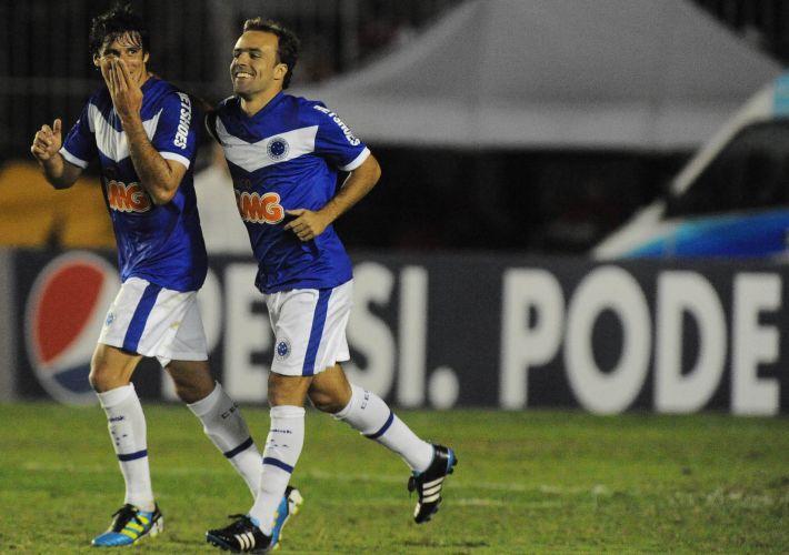 Roger comemora após marcar, de pênalti, o terceiro gol do Cruzeiro na vitória sobre o Vasco em São Januário