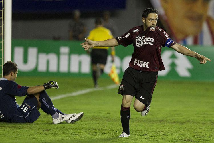 Chicão comemora gol marcado de pênalti para o Corinthians contra o Bahia
