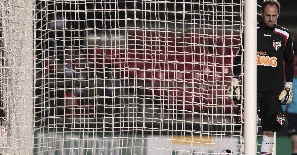 Rogério Ceni lamenta no gol durante a derrota do São Paulo para o Botafogo por 2 a 0; goleiro falhou no primeiro gol do time carioca