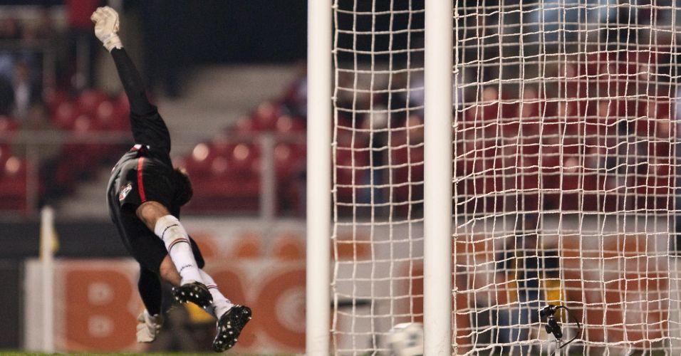 Rogério Ceni não alcança o chute de Herrera no pênalti que fechou a contagem para o Botafogo contra o São Paulo no Morumbi