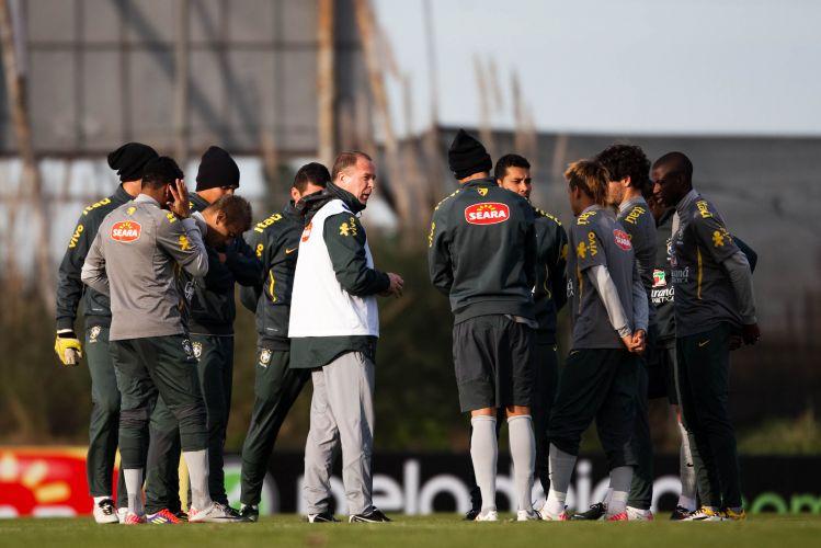 Mano Menezes conversa com seu elenco durante treino da seleção.