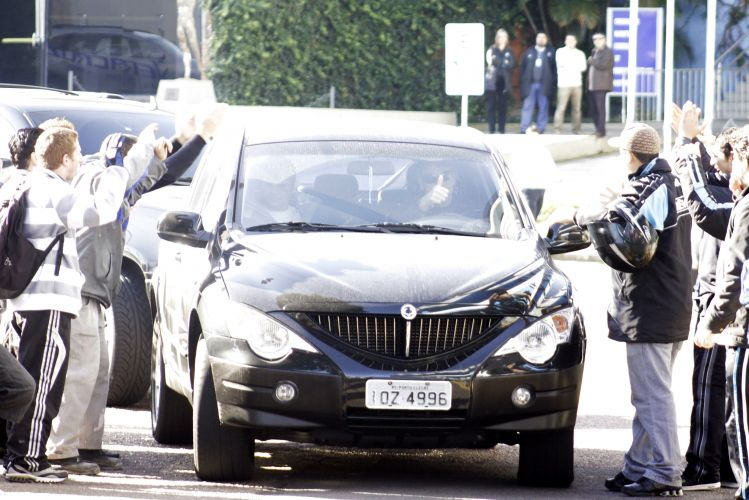 Torcedores cercam carro de Renato Gaúcho e demonstram que ex-treinador seguirá sendo ídolo da metade tricolor de Porto Alegre.