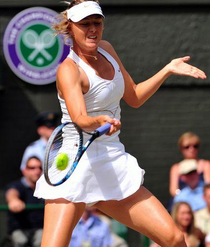 Maria Sharapova tenta uma devolução durante o jogo contra Sabine Lisicki nas semifinais do torneio de Wimbledon. Russa venceu por 2 sets a 0 (parciais de 6-4 e 6-3) e volta a decidir o título do torneio
