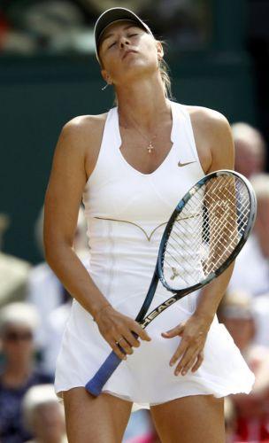 Maria Sharapova se lamenta por erro cometido durante a partida contra Sabine Lisicki pelas semifinais do torneio de Wimbledon. Campeã em 2004, russa pode conquistar segundo título na competição
