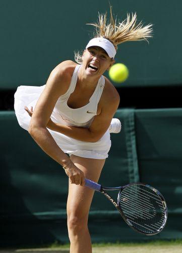 Maria Sharapova saca durante o jogo contra Sabine Lisicki pelas semifinais do torneio de Wimbledon. Russa levou a melhor no