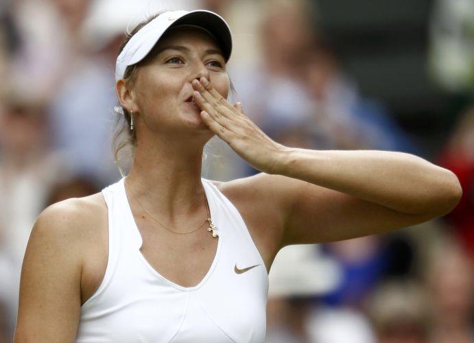 Maria Sharapova manda beijos para os espectadores; russa venceu Sabine Lisicki por 2 sets a 0 (parciais de 6-4 e 6-3) e agora enfrenta a tcheca Petra Kvitova na decisão do título em Wimbledon