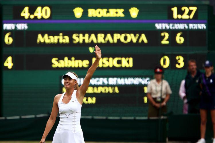 Maria Sharapova comemora vitória sobre Sabine Lisicki por 2 sets a 0 (parciais de 6-4 e 6-3) e se classificou para a decisão de Wimbledon