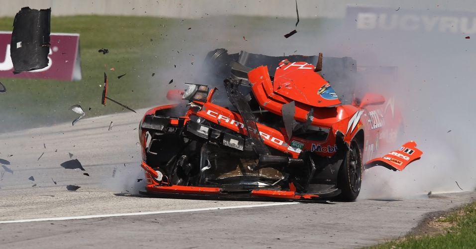 Carro pilotado por Gunter Schaldach bate e causa estrago durante GP da Rolex Series, em Wisconsin, Estados Unidos