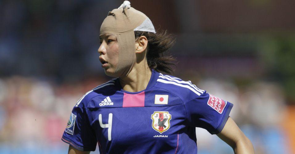 Japonesa Saki Kumagai usa bandagem na cabeça durante jogo contra a Nova Zelândia pelo Mundial de futebol feminino, na Alemanha