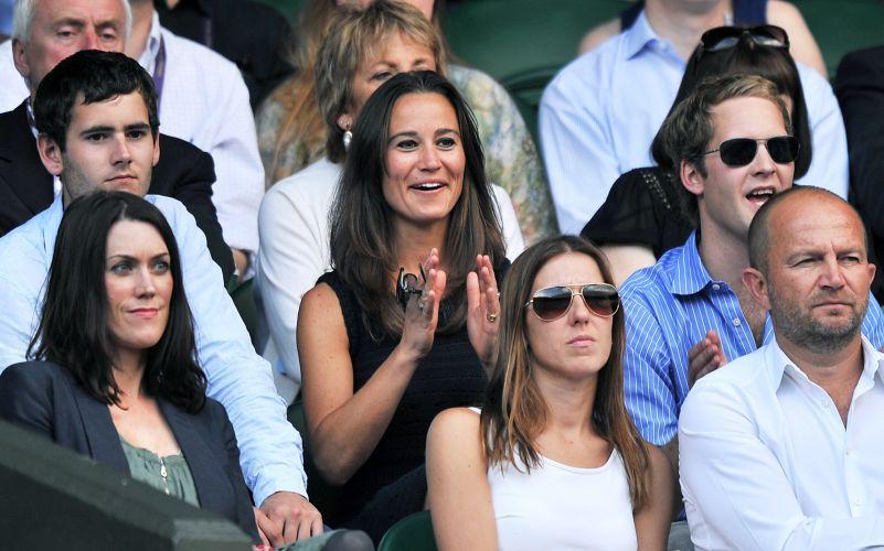 Pippa Middleton, irmã de Catherine, Duquesa de Cambridge, aplaude uma jogada feita durante a partida entre Andy Murray e Rafael Nadal pelas semifinais do torneio de Wimbledon