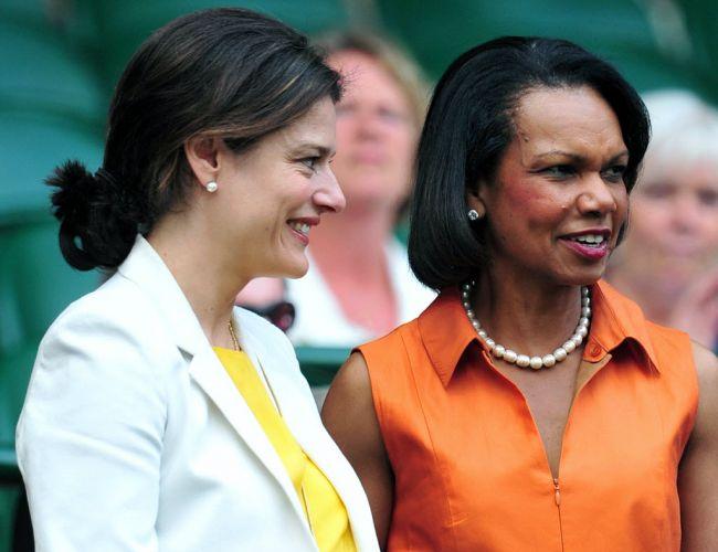 Miriam Gonzalez Durantez, esposa do vice-primeiro-ministro britânico Nick Clegg, assiste à final de Wimbledon ao lado da ex-secretária de Estado norte-americana Condoleezza Rice (d)