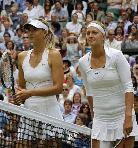 Russa Maria Sharapova (e) e Petra Kvitova na posam para foto antes da final em Wimbledon; tcheca vence por 2 a 0 e conquista primeiro título de Grand Slam