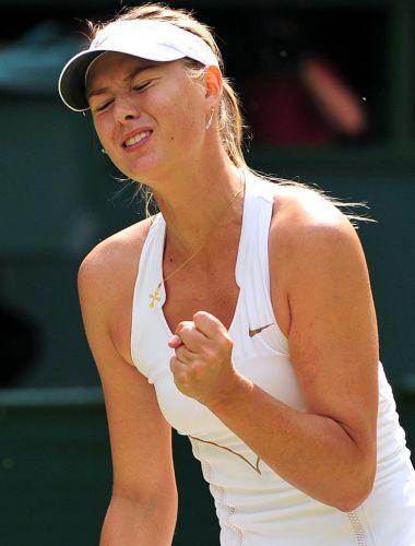 Musa Maria Sharapova lamenta um de seus erros na derrota por 2 a 0 para a tcheca Petra Kvitova na final de Wimbledon; a derrota impede que a russa repita o título de 2004 na grama inglesa