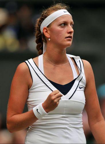 Tcheca Petra Kvitova comemora discretamente ponto obtido contra a russa Maria Sharapova na final em Wimbledon; com a vitória por 2 a 0, a número 8 do mundo encerra jejum de títulos da República Tcheca - o último foi em 1998