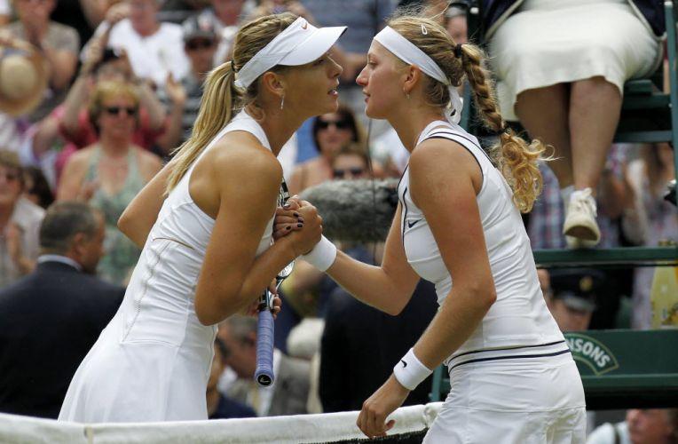 Russa Maria Sharapova e Petra Kvitova se cumprimentam após a final em Wimbledon; tcheca vence por 2 a 0 e conquista seu primeiro Grand Slam