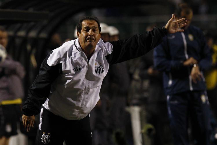Técnico Muricy Ramalho orienta o Santos em partida atrasada contra o América-MG no Pacaembu