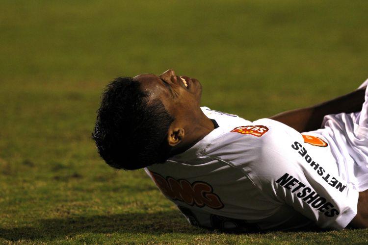 Alex Sandro, que jogou improvisado na meia, se contunde pelo Santos e é substituido