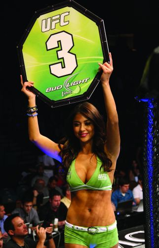 Ring girl mais famosa do UFC, Arianny Celeste marca presena em Las Vegas