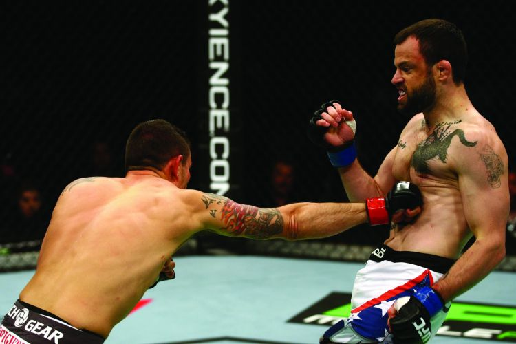 Donny Walker acerta o corpo de Jeff Hougland nas preliminares do UFC 132; Hougland venceu por pontos