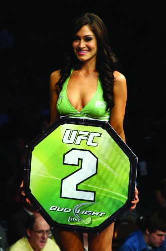 Lindsey Wey, que venceu um concurso para ser ring girl no UFC 132, mostra a placa de segundo assalto