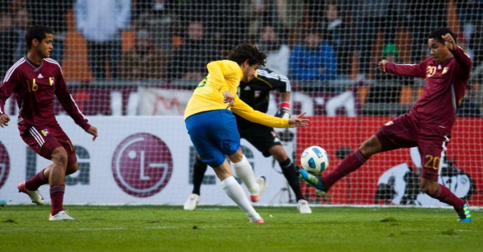 Alexandre Pato finaliza contra o gol venezuelano na estreia do Brasil na Copa América