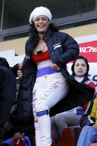 Larissa Riquelme assiste ao empate sem gols do Paraguai na Copa América contra o Equador; musa reeditou o famoso celular entre os seios que fez sucesso na Copa do Mundo