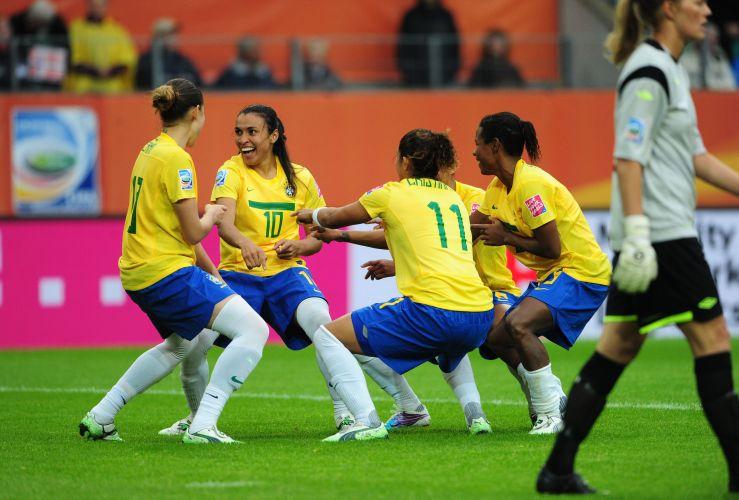 Jogadoras comemoram o terceiro gol do Brasil na vitória sobre a Noruega pela Copa do Mundo. Competição acontece na Alemanha.