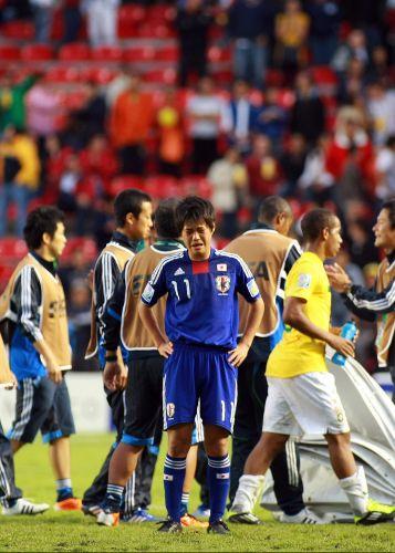 O meia Takuda Kida chora após a eliminação do Japão