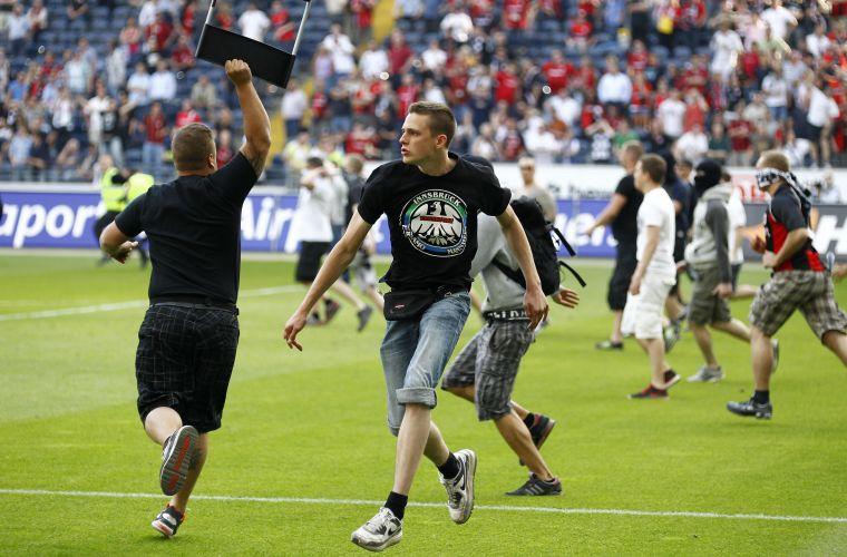 Torcedores do Frankfurt entram no gramado e protestam após a partida em que o time perdeu em casa para o Colônia por 2 a 0