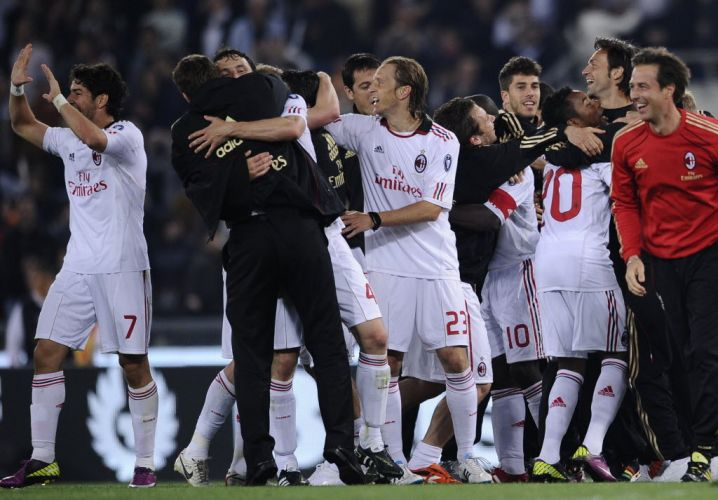 Pato (e), Robinho (terceiro da dir. para esq.) festejam com companheiros o 18º título italiano do Milan logo após o empate com a Roma. Equipe rubro-negra comemora o troféu com duas rodadas de antecedência