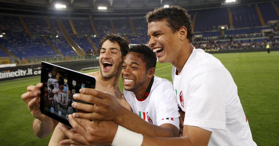 Os brasileiros Pato, Robinho e Thiago Silva fazem graça na comemoração do título do Milan