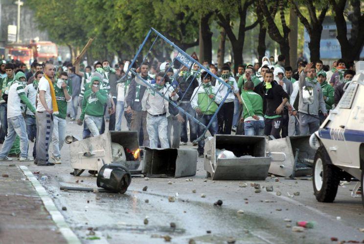 Torcedores do Bursaspor entram em confronto com a polícia antes da partida diante do Besiktas, pelo Campeonato Turco. O jogo foi cancelado pela federação local por culpa dos atos de violência fora do estádio